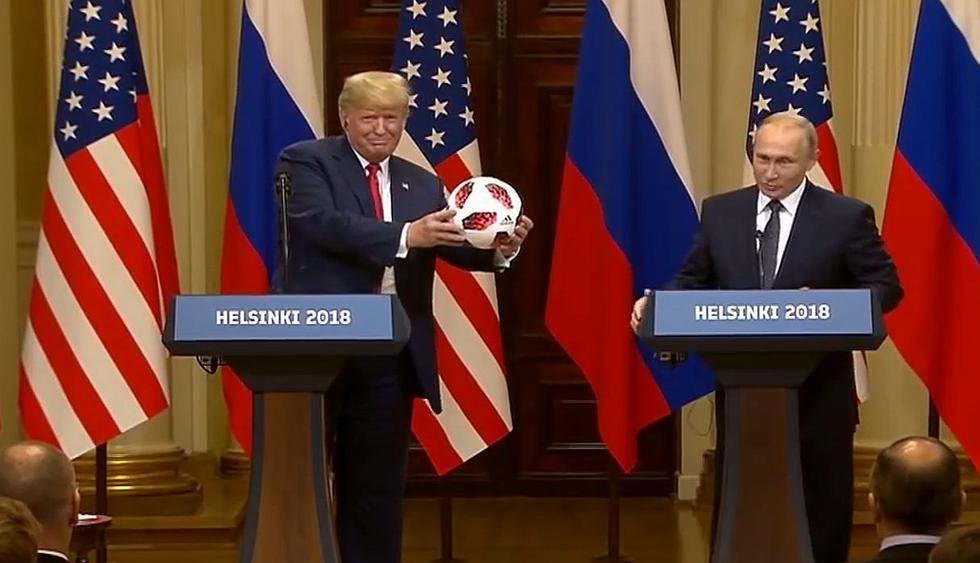 El presidente estadounidense, Donald J. Trump, recibe un balón del Mundial de Rusia 2018 de parte de su homólogo ruso, Vladimir Putin. (Fotos: Capturas de YouTube)