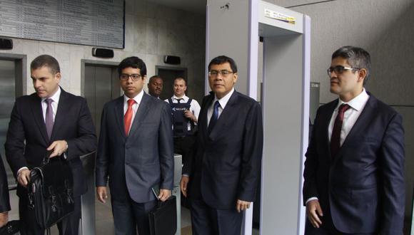 """Germán Juárez Atoche (segundo desde la derecha) aclaró que lo dicho por Barata este martes fue """"más preciso"""". (FabiolaValle/Perú21)"""