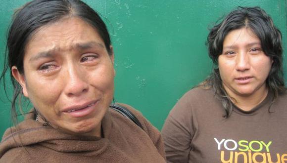 Madre y tía lloran su muerte. (Manuel Ígreda)