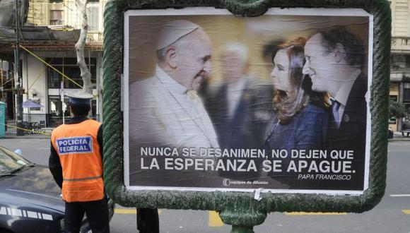 Jugada política. Francisco saluda a Cristina Fernández y al candidato a diputado del oficialismo. (AFP)