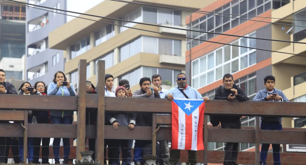 Desde muy temprano vecinos de Miraflores, visitantes y turistas permanecieron apostados en calles y puentes para presenciar el evento. (Foto: Jessica Vicente)
