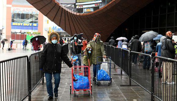 Coronavirus en New York | Ultimas noticias | Último minuto: reporte de infectados y muertos domingo 26 de abril del 2020 | COVID-19 | Médicos atienden a persona mayor con dificultades para respirar. (Foto: AFP/Angela Weiss)