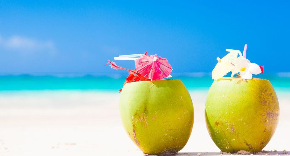 Tomar una bebida frente al mar Caribe, es una de las actividades más relajantes que puedes realiar. (Foto: Pixabay)