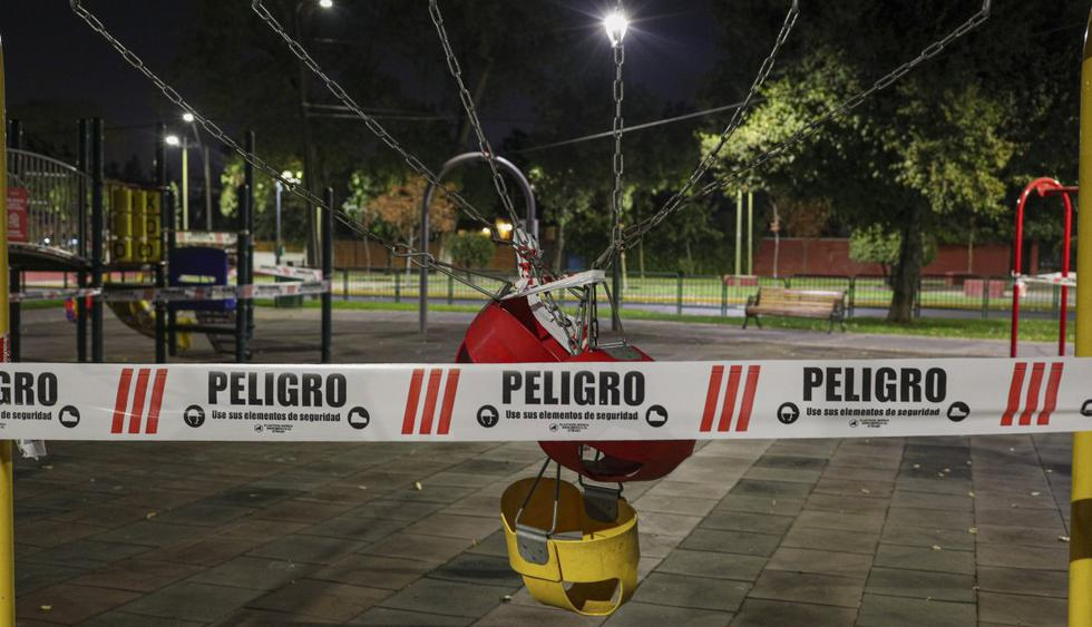 En lugar de las risas alegres de los niños, ahora por la pandemia del nuevo coronavirus se escucha el canto de los pájaros o, tal vez, un auto solitario que circula por la calle. Imagen de un parque en Santiago de Chile. (AP/Esteban Felix).