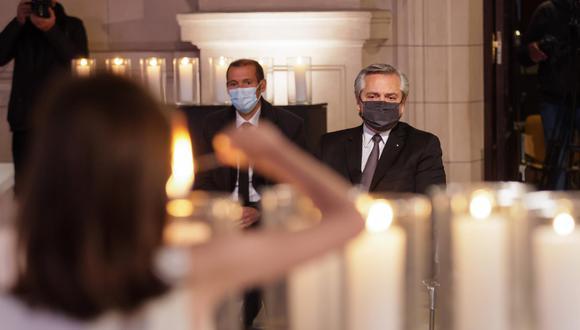 Una fotografía facilitada por la Presidencia argentina muestra al presidente argentino Alberto Fernández participando en un homenaje a las personas fallecidas por COVID-19, en el Centro Cultural Kirchner, en Buenos Aires. (EFE / EPA / PRESIDENCIA ARGENTINA)
