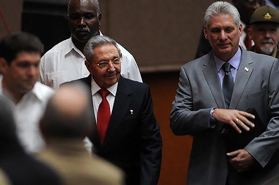 Raúl Castro y Miguel Díaz-Canel a su llegada a la Asamblea. (AFP)