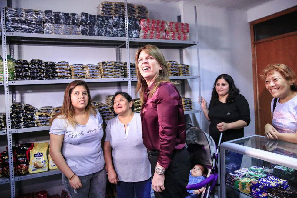 Ministra Cayetana Aljovín inauguró tienda de la viuda de Jovi Herrera. (Ministerio de Energía y Minas)