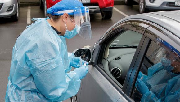 Imagen de archivo de un trabajador de la salud realizando una prueba en un centro de pruebas de coronavirus COVID-19 en el suburbio de Northcote, en Auckland el pasado 12 de agosto de 2020. (DAVID ROWLAND / AFP)