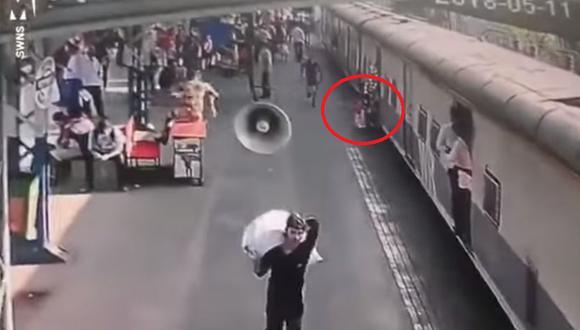 Este incidente ocurrió hace unos meses en una estación de tren en Bombay (Foto: YouTube)