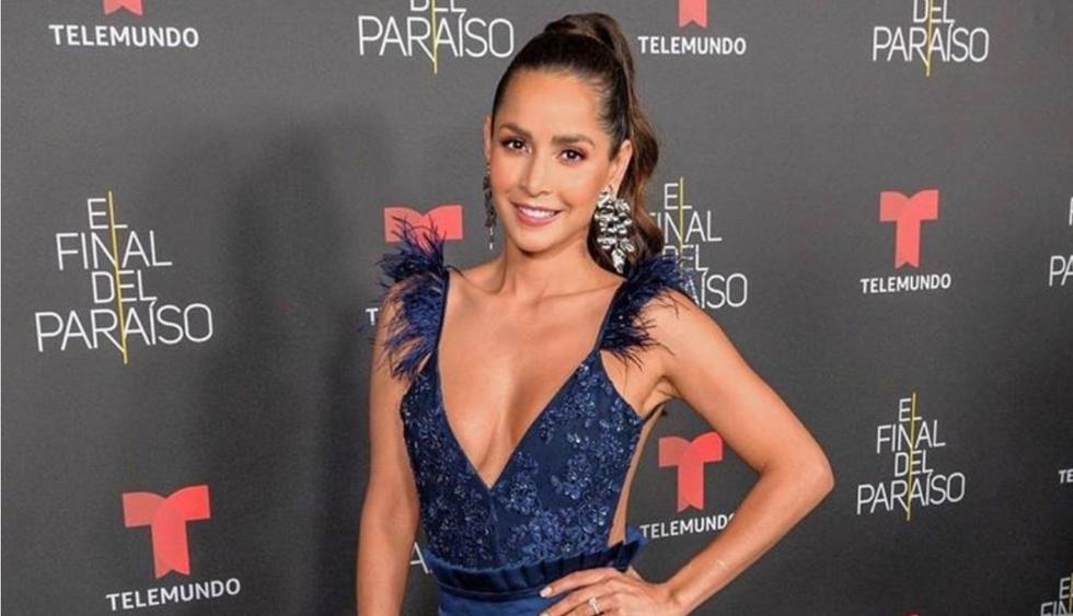 Carmen Villalobos acaparó miradas con este vestido azul marino con pronunciado escote. (Foto:@cvillaloboss)