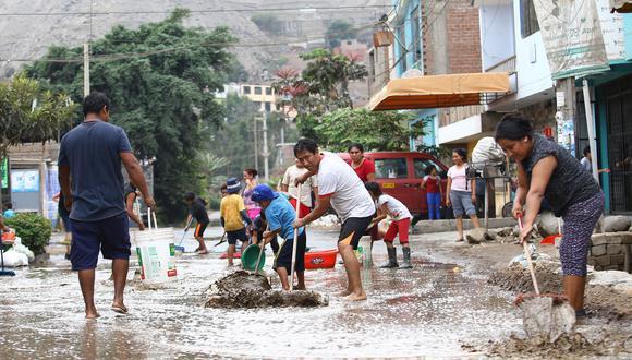 ESFUERZOS. Vecinos de zonas afectadas hacían lo imposible para que el agua no entre a sus casas (Jesús Saucedo)