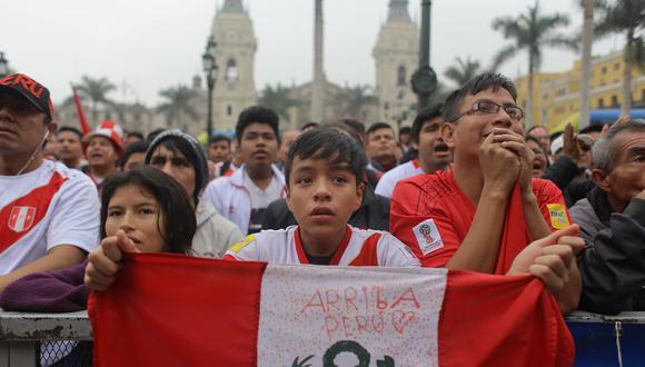 Hinchas gozan con el partido Perú vs. Australia en la Plaza de Armas de Lima. (Luis Centurión)