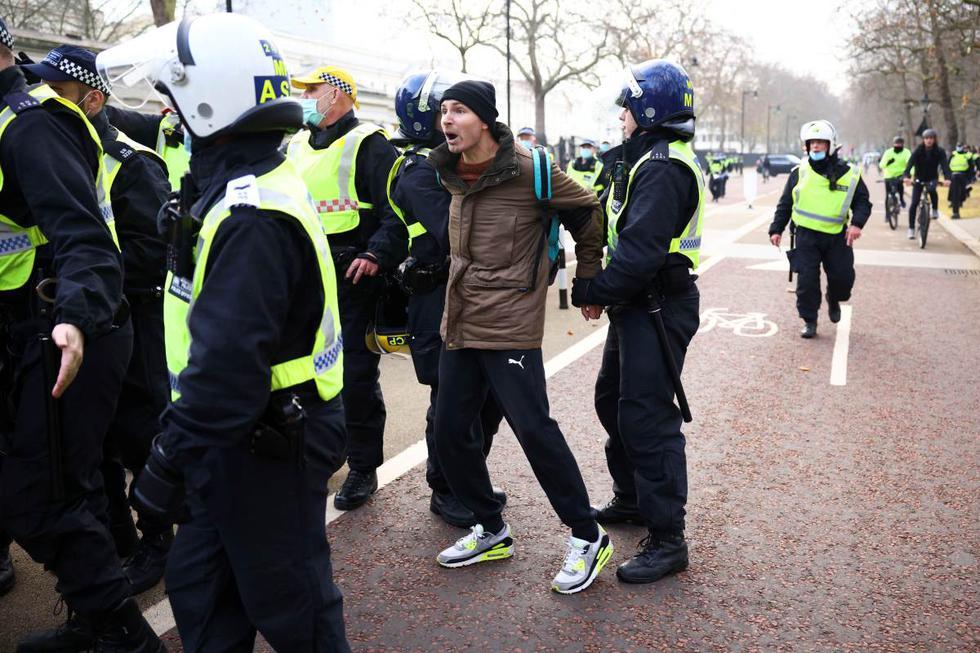 """Activistas contrarios al confinamiento provocaron este sábado algunas escenas caóticas en el centro de Londres (Reino Unido), en una manifestación en la que la Policía Metropolitana (Met) confirmó la detención de unas 60 personas por """"diversos delitos""""."""