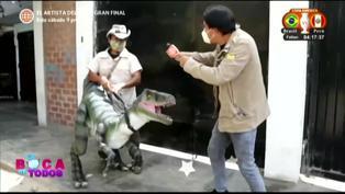 Profesor produce marionetas de dinosaurios de hule tras pandemia