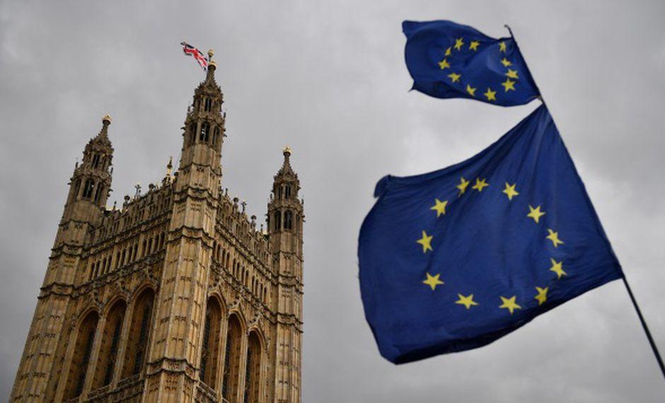 """""""Estamos tomando el control de nuestras leyes como votó la gente en el referéndum de 2016"""", dijo el Gobierno. En la foto, la bandera de la Unión Europea ondea sobre las Casas del Parlamento. (Foto: AFP)"""