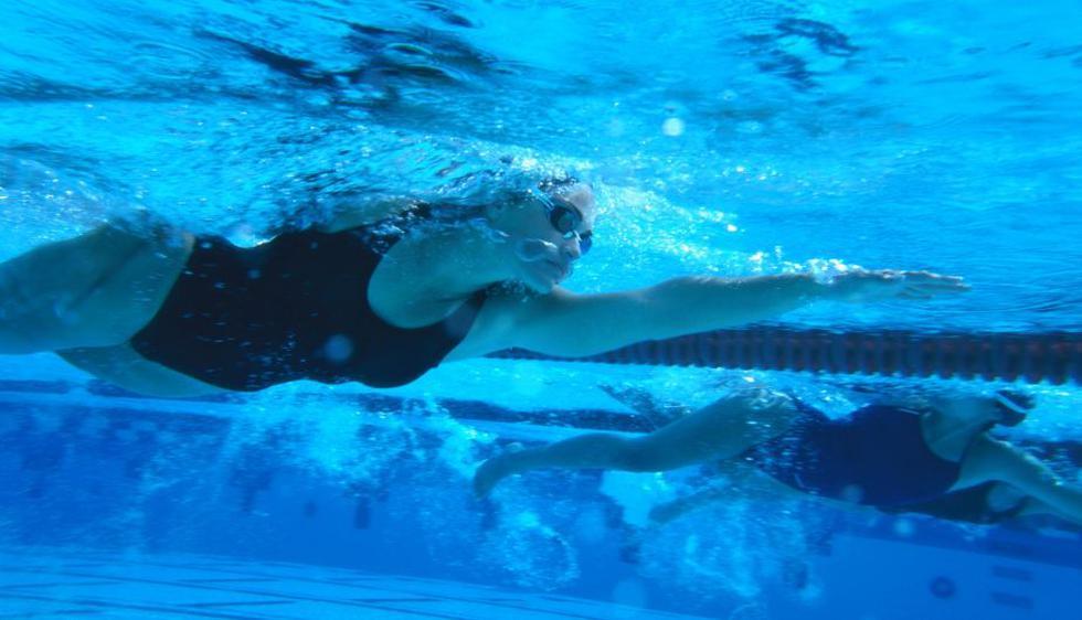 Nadar es de los mejores ejercicios para la salud y también para perder peso. Haciendo vueltas arriba y abajo de la piscina durante una hora lograrás quemar 800 calorías, además de tonificar todo tu cuerpo. (Internet)