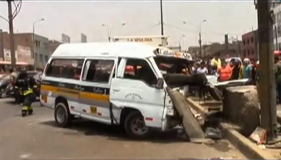 El conductor del vehículo, identificado como Franklin Malpartida, empotró el bus con el muro a la altura del km. 6 de la carretera central. (ATV)
