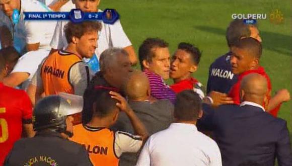 El encuentro entre Leao Butrón y Christofer Gonzales.  (Foto: Captura Gol Perú)