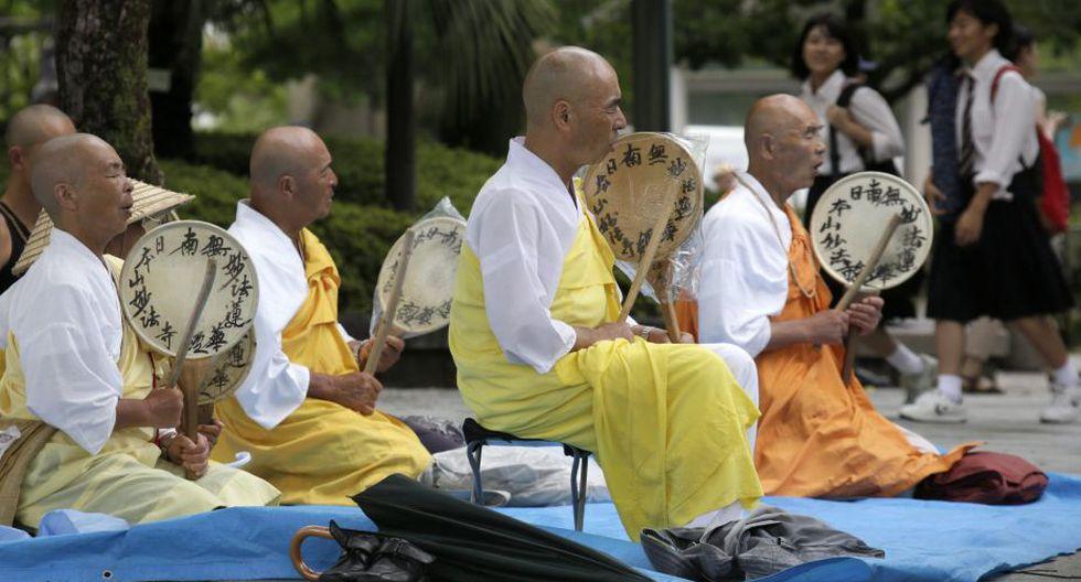 Monjes budistas rezan por las víctimas del primer ataque con bomba atómica frente al Domo de la Bomba Atómica. (EFE)