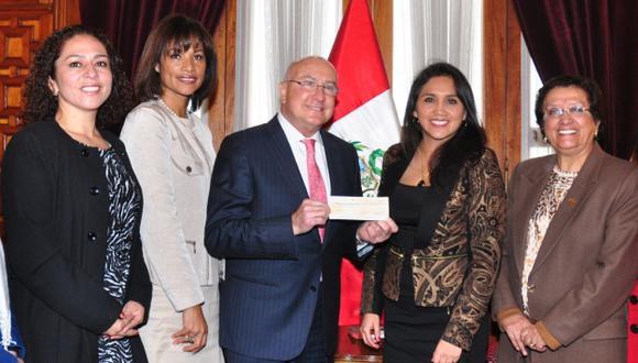 Presidente de la Liga Contra el Cáncer, Adolfo Dammert, recibió el donativo. (Liga Contra el Cáncer)
