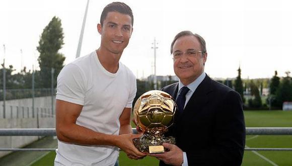 Cristiano Ronaldo obsequió réplica del Balón de Oro a Florentino Pérez. (Real Madrid)
