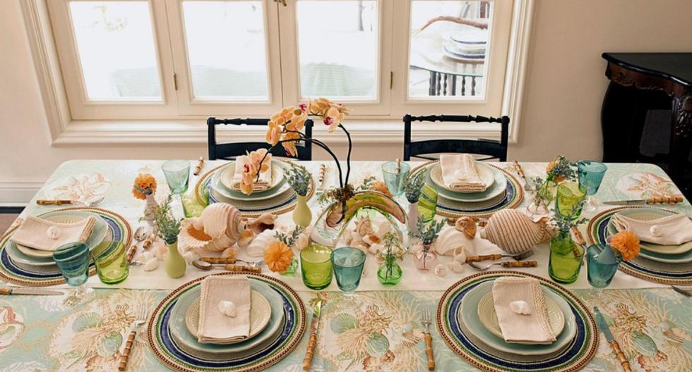 Conchitas, flores y un hermoso mantel de lino le darán un toque maravilloso a tu decoración. (Foto: La página de Grace)