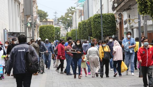"""""""El 64% de los 2,220 encuestados declaró haber sido víctima de discriminación por su nacionalidad, especialmente en lugares públicos y en sus centros de trabajo"""".  (Foto: Leonardo Cuito)"""