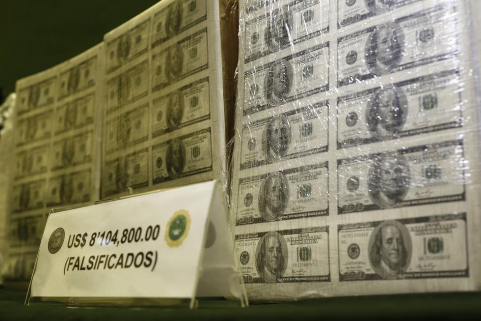 La División de Estafas de la Policía Nacional del Perú incautó varios lotes de dinero falso la madrugada de este viernes en un operativo simultáneo en los distritos de Breña, Cercado de Lima y San Juan de Lurigancho. También, se intervino a cinco personas en delito flagrante. (Renzo Salazar / Perú21)