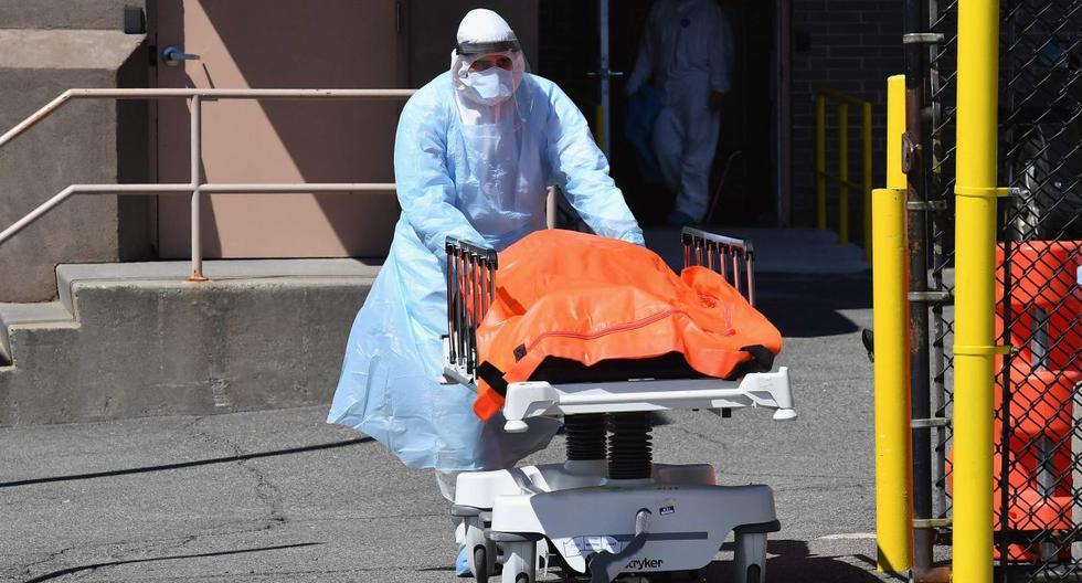 El personal médico traslada los cuerpos del Wyckoff Heights Medical Center a un camión refrigerado el 2 de abril de 2020 en Brooklyn, Nueva York. (AFP / Angela Weiss).