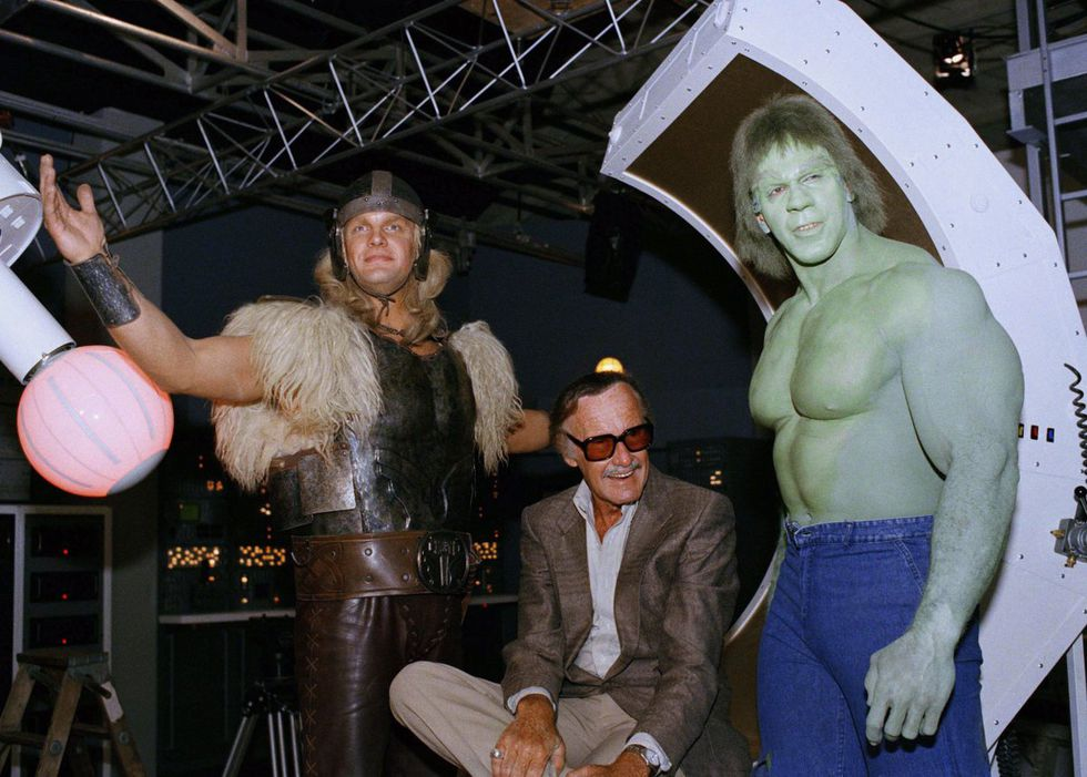 Stan Lee, al lado de Hulk y Thor, en la serie de los años ochenta. (Difusión).