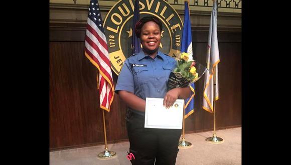 Esta foto sin fecha cortesía de la familia Breonna Taylor muestra a Breonna posando durante una ceremonia de graduación en Louisville, Kentucky. (AFP/ Cortesía de familia de Breonna Taylor).