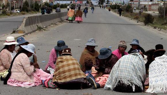 También está bloqueada la vía al aeropuerto de El Alto. (Reuters)
