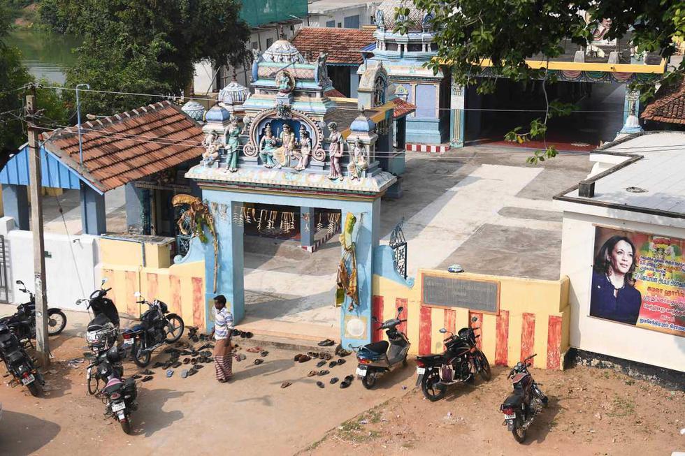 Un cartel de la candidata demócrata a la vicepresidencia de Estados Unidos, Kamala Harris, se exhibe en un templo, en su aldea ancestral de Thulasendrapuram en el estado de Tamil Nadu, en el sur de la India, el 3 de noviembre de 2020. (AFP / Arun SANKAR).