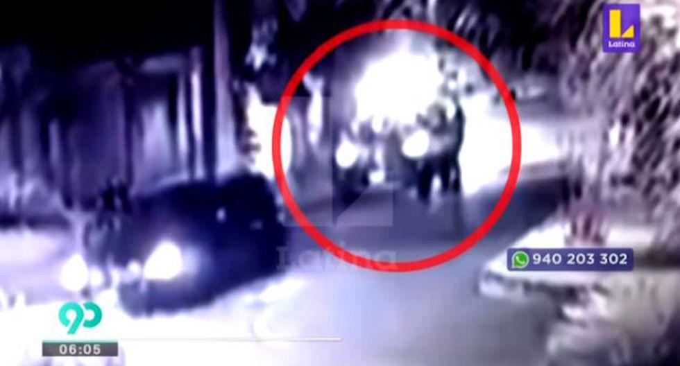 Las cámaras de seguridad de la Calle Los Apaches registraron el atraco a una pareja. (Video: Latina)