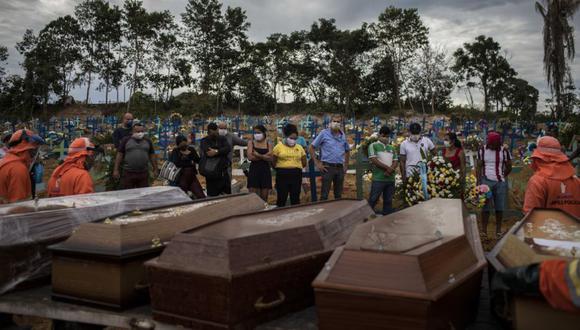 Brasil registra una tasa de mortalidad de 217 decesos por cada 100.000 habitantes y una incidencia de 7.777 personas infectadas en la misma proporción debido al COVID-19. (EFE/Raphael Alves/Archivo)
