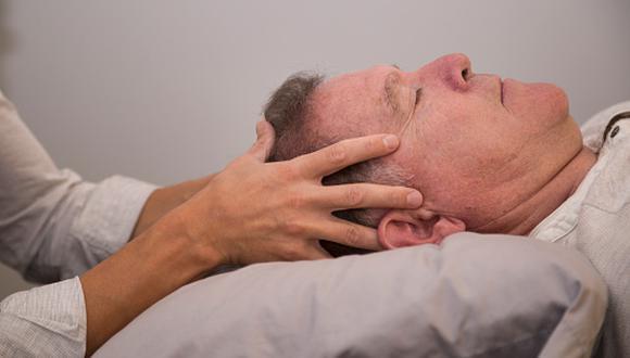 Hombre de 80 años fue a su quiropráctico para sesión de masajes: quedó tetrapléjico, con el cuello roto y luego murió. (Getty / referencial)