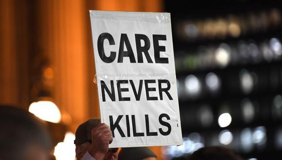 Manifestantes en contra de la legislación que tiene el objetivo de dar a los enfermos una elección digna para el fin de su vida. (Foto: EFE)