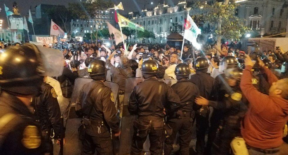 La Policía trató de impedir el avance de un grupo de manifestantes por la avenida Nicolás de Piérola. (Cristina Fernández/@Koi_Fernandez)