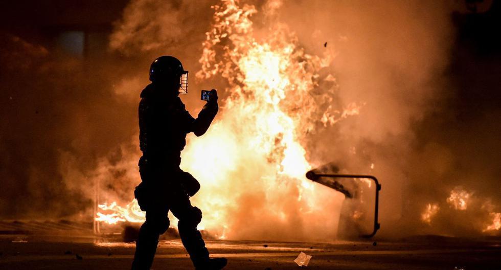 Imagen referencial. Las llamas se elevan desde una barricada en Cali, Colombia, el 30 de abril de 2021.(Luis ROBAYO / AFP).