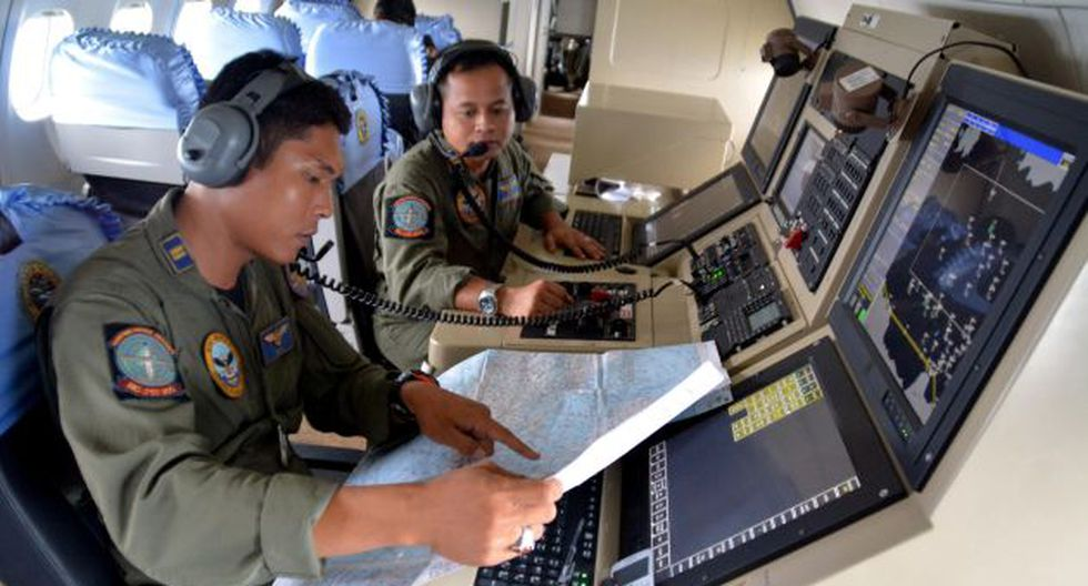 Indonesia reinicia búsqueda de avión de AirAsia que desapareció en mar de Java. (Reuters)