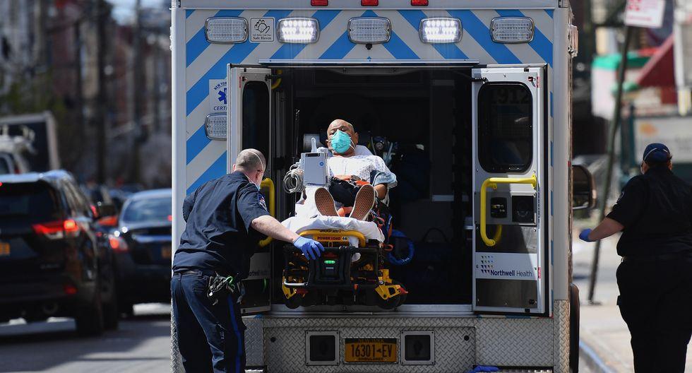 Coronavirus en Nueva York | Últimas noticias | Último minuto: Un montacarga lleva un cadáver hasta un camión refrigerado. (Angela Weiss / AFP).