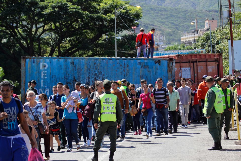 Venezolanos cruzan a pie a Colombia tras reapertura de la frontera. (Foto: AFP)