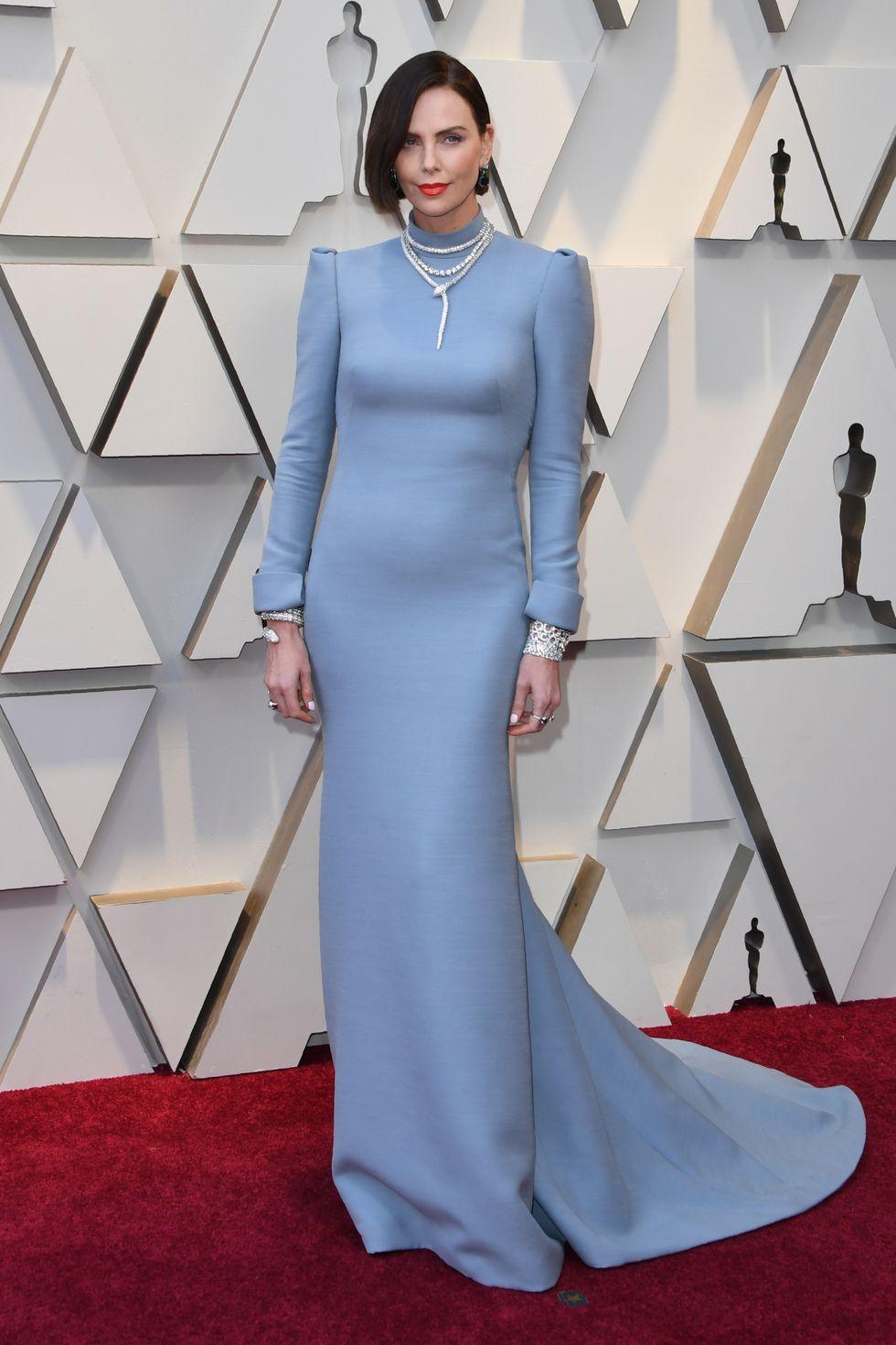 Charlize Theron impresionó con nuevo look en la alfombra roja. (Foto: AFP)