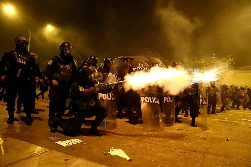 Durante la noche del sábado se registraron acciones de represión estatal a las protestas multitudinarias por la crisis política originada por la vacancia presidencial.