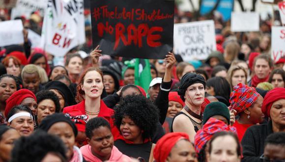 Imagen muestra a miles de mujeres protestaron contra la violencia de género en marchas y concentraciones repartidas por toda Sudáfrica. (Foto referencial: EFE)