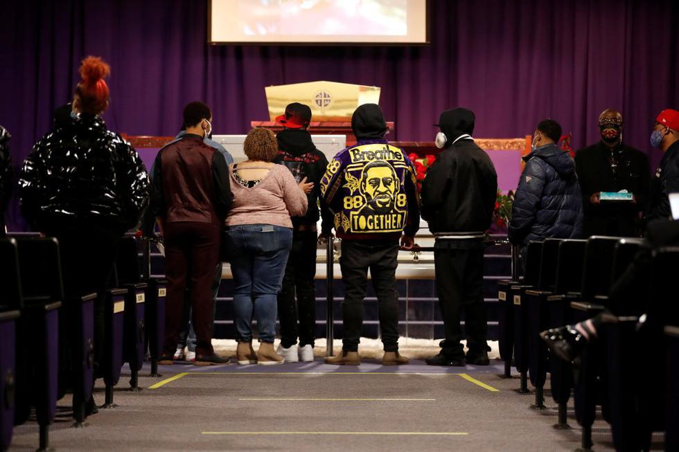 El funeral de Daunte Wright, un joven negro que murió el 11 de abril a manos de una policía blanca de Estados Unidos, se celebra el jueves en Minneapolis en presencia de la familia de George Floyd, quien fue asesinado el año pasado durante su detención. (Texto: AFP / Foto: Reuters).