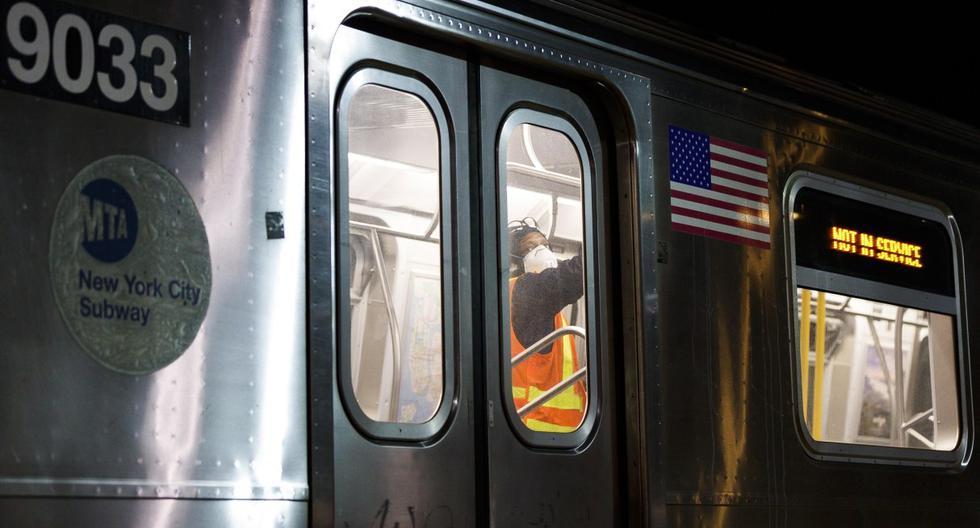 Imagen referencial. Un trabajador de la MTA desinfecta un vagón de tren después de la suspensión del servicio por la noche en la estación de Coney Island en Brooklyn, Nueva York. (EFE/EPA/JUSTIN LANE).