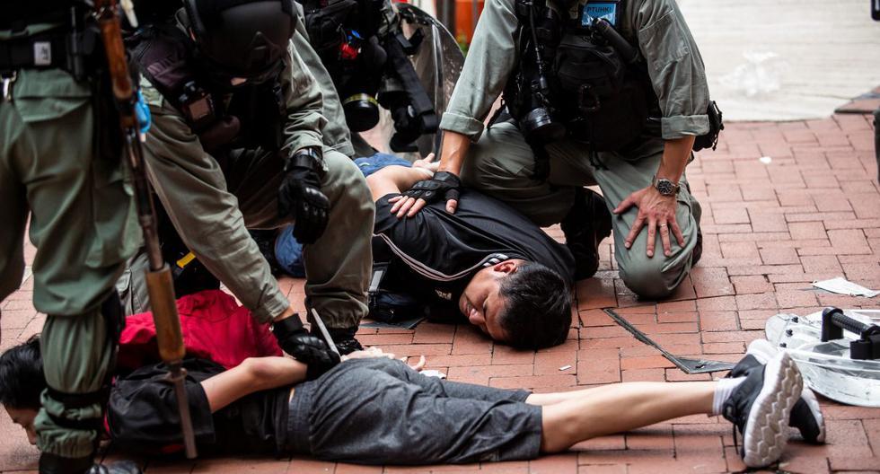Los manifestantes en favor de la democracia son arrestados por la policía en el distrito de Causeway Bay de Hong Kong. (ISAAC LAWRENCE / AFP).