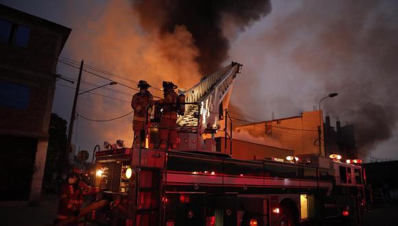 Un incendio de gran proporción se registra en una almacén en Huachipa, ubicado en el distrito de Lurigancho -Chosica. (Foto: Joel Alonzo/ @photo.gec)