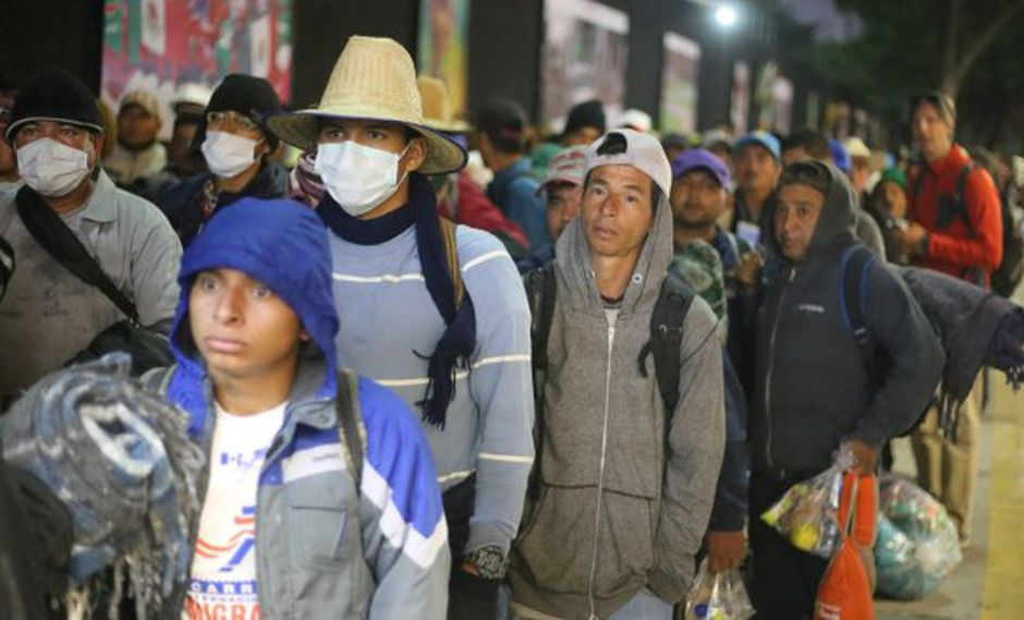 El primer tren llegó antes de las 5 am, y la policía, trabajadores del metro y funcionarios de DD.HH. guiaron a los migrantes a través de las estaciones vacías de la ciudad. (Foto: EFE)